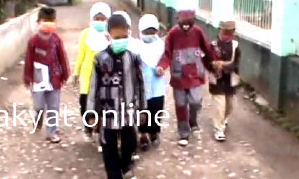 Di Pangandaran, Debu Vulkanik Semakin Tebal Sekolah Pulang Lebih Cepat