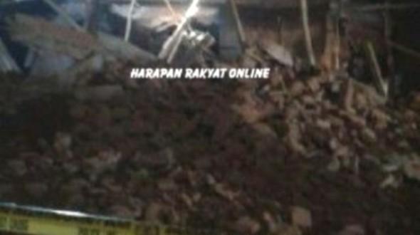 Puing-puing lantai 2 yang ambruk di Banjar Indah Plaza. Akibat benturan puing yang ambruk dinding bangunan lantai bawah mengalami keretakan. Foto: Hermanto/HR.