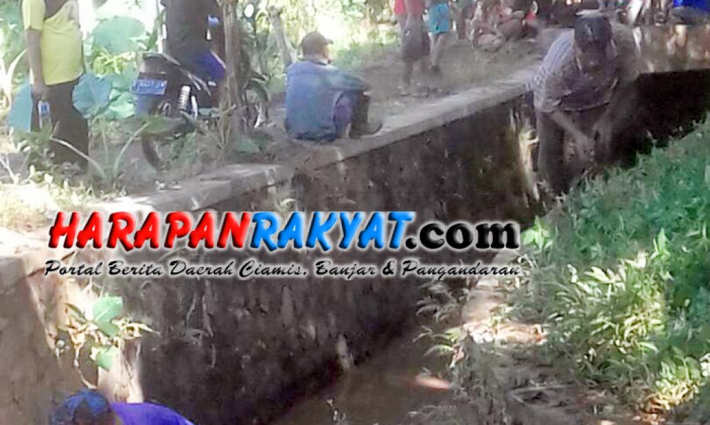 Antisipasi Banjir, Warga Purwaharja Banjar Gotong Royong Bersihkan Selokan