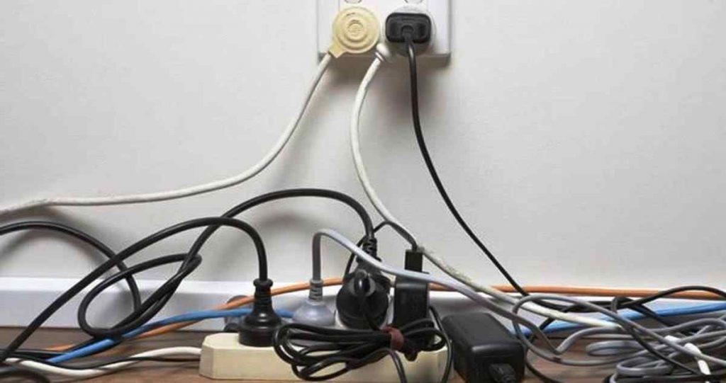 Mencegah kebakaran rumah akibat korsleting listrik atau hubungan arus pendek listrik yang sering terjadi sebetulnya bukanlah perkara sulit. Photo: Net/Ist.