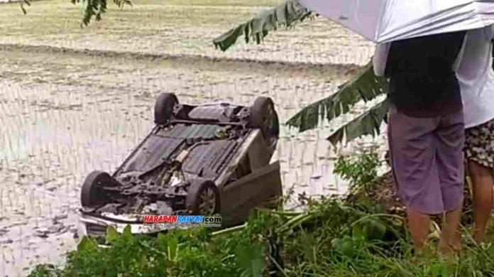 Sebuah mobil mini bus bernomor polisi D 1136 CB, jumping ke sawah di Blok Liponsos, Desa Ciganjeng, Kecamatan Padaherang, Kabupaten Pangandaran, Jawa Barat, Jum'at (07/02/2020) sore tadi.