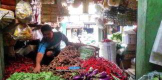 Pen Pen salah seorang pedagang sejumlah komoditas kebutuhan pokok di Pasar Kota Banjar. Foto: Muhlisin/HR.