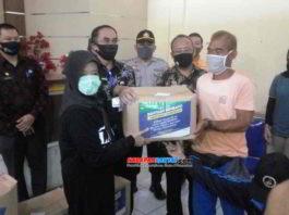 Wali Kota Banjar, Hj. Ade Uu Sukaesih, saat membagikan bantuan sosial (bansos) berupa paket sembako di Kelurahan Hegarsari. Foto: Muhlisin/HR.