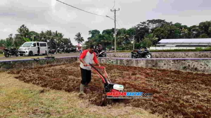 Cara menggunakan traktor mini Cultivator untuk mengolah lahan pertanian dilakukan Petugas Penyuluh Lapangan (PPL) di Desa Sindangsari, Kecamatan Kawali, Kabupaten Ciamis. Foto: Edji Darsono/HR.