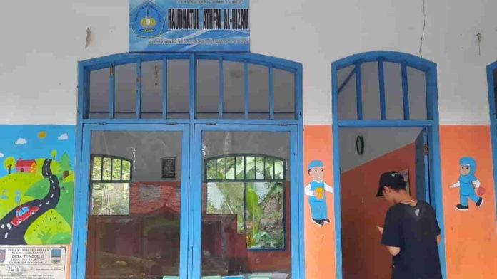 Jelang Masuk Sekolah, Guru RA di Pangandaran Lukis Dinding Sekolah