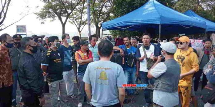 Aktivitas Pedagang Kaki Lima (PKL) di kawasan sirkuit BMX Kabupaten Ciamis, Jawa Barat, dibubarkan petugas Satpol PP, Minggu (05/07/2020). Foto: Fahmi Albartiansyah/HR.