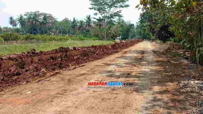 Jalan penghubung Manganti-Cikawung rusak dikeluhkan warga Lakbok Ciamis. Foto: Aji/HR.