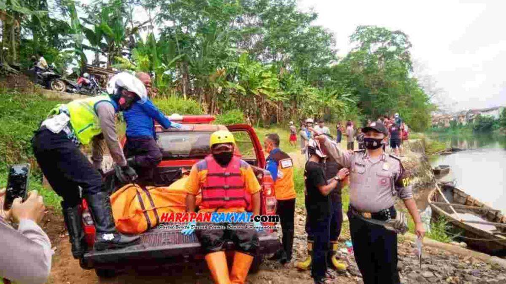Petugas Kepolisian Polsek Purwaharja bersama tim BPBD Kota Banjar, saat melakukan evakuasi mayat korban. Foto: Muhlisin/HR.