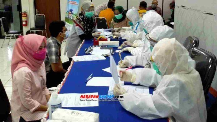 Petugas tenaga kesehatan saat pemeriksaan swab tes. Foto: Muhlisin/HR.