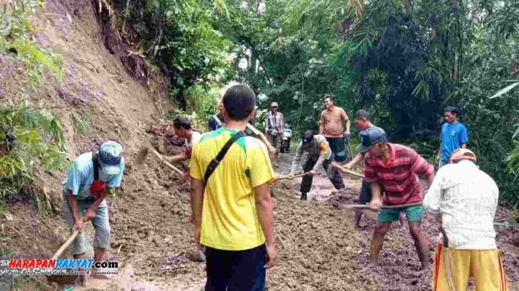 Tebing longsor tutup jalan penghubung antar dusun di Desa Pasirnagara, Kecamatan Pamarican, Kabupaten Ciamis. Foto: Suherman/HR.