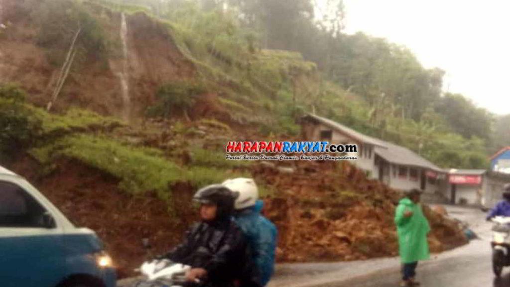 Tebing Setinggi 20 Meter Longsor Jalan Tasikmalaya-Garut Tertutup