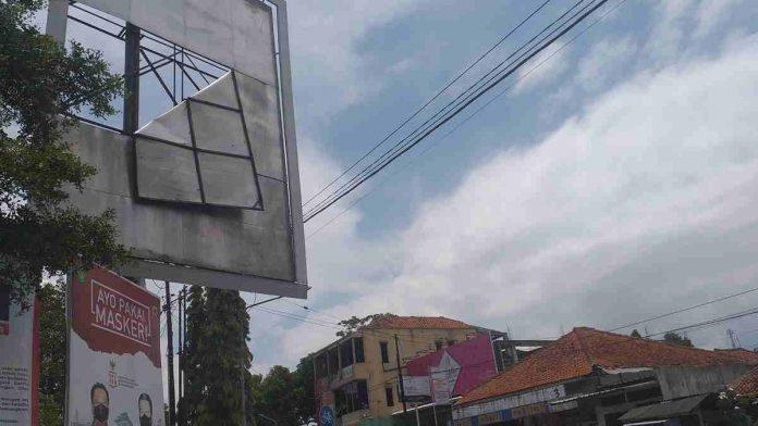 Papan Reklame di Lokasana Ciamis Rusak, Bahayakan Pengendara